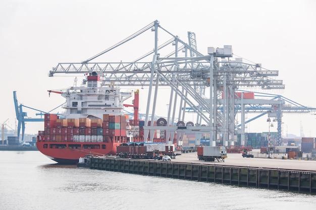 Grandes contenedores de carga barco Foto Premium