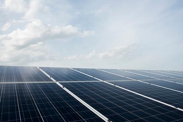 Granja de células solares en la estación de energía para la energía alternativa del sol Foto gratis