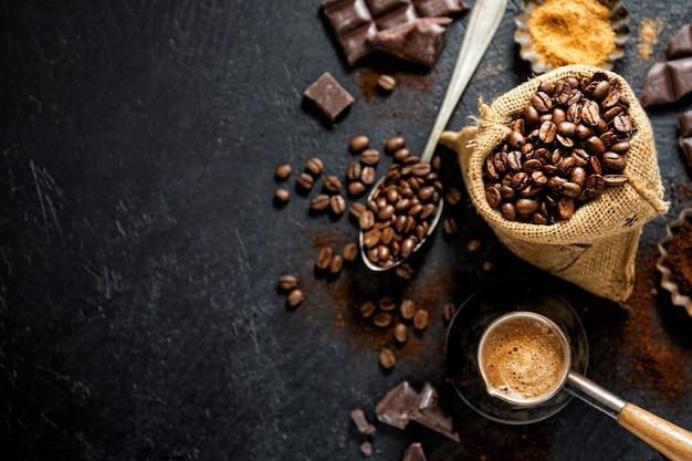 Granos de café con accesorios para hacer café. Foto Premium