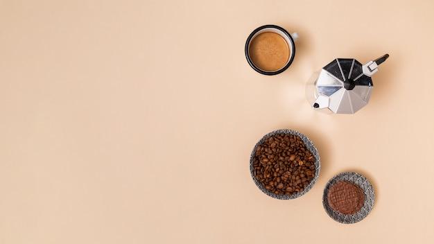 Granos de café y café Foto gratis