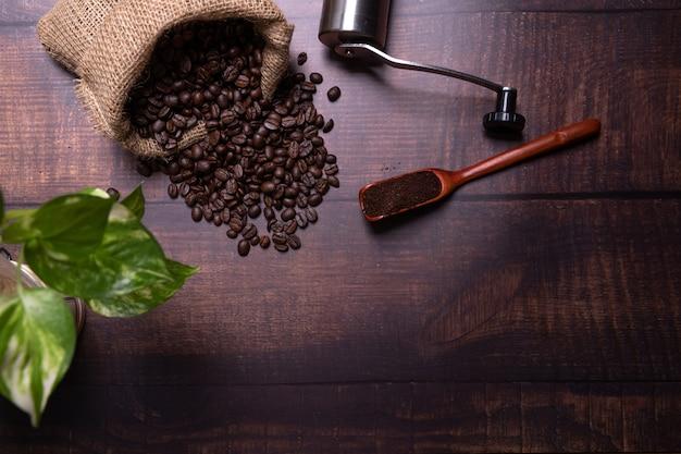 Granos de café y polvo molido. Foto gratis