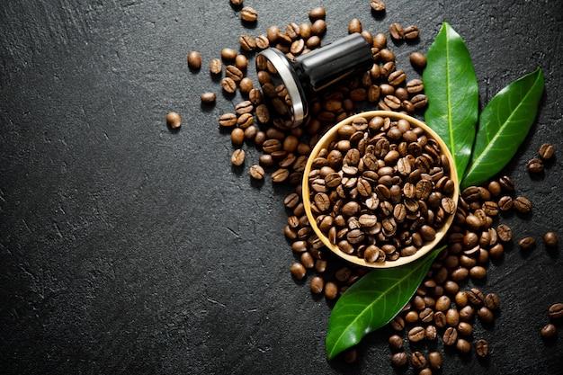 Granos de café con puntales para hacer café. Foto gratis