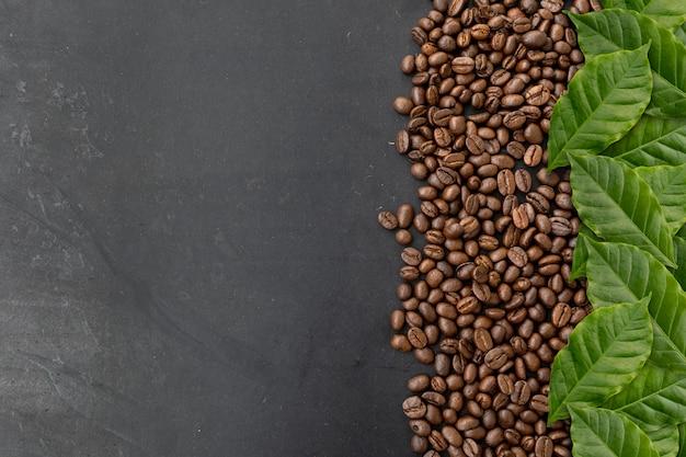 Granos de café sobre fondo negro Foto Premium