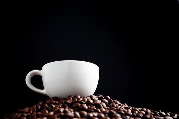 Granos de café y taza de café. Foto gratis