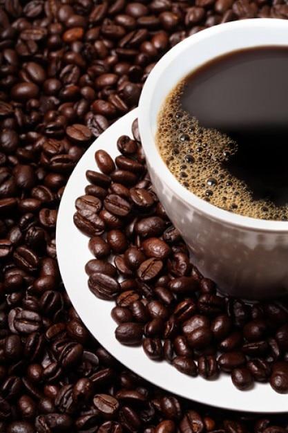 granos de café y el café ofrecido material de calidad de la imagen Foto Gratis