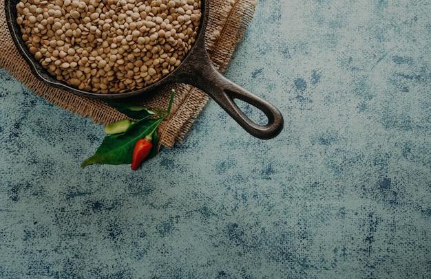 Granos de lentejas. granos de lentejas en un tazón y cuchara. Foto Premium