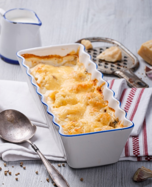 Gratinado de coliflor, patatas y queso. Foto Premium