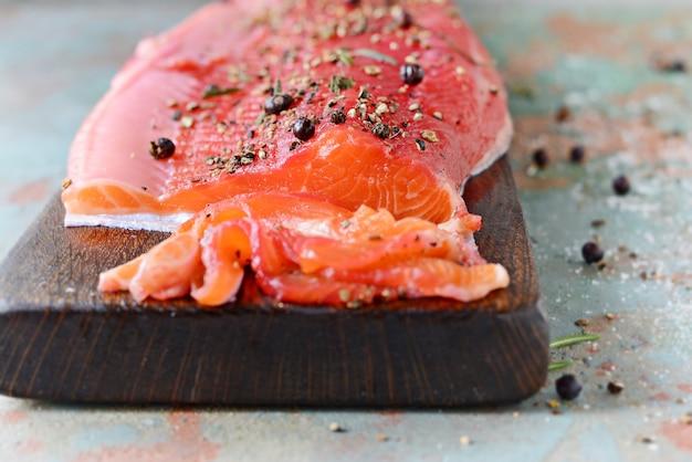 Gravlax, salmón especiado curado con remolacha escandinava en el tablero, vista superior, pescado rojo salado Foto Premium