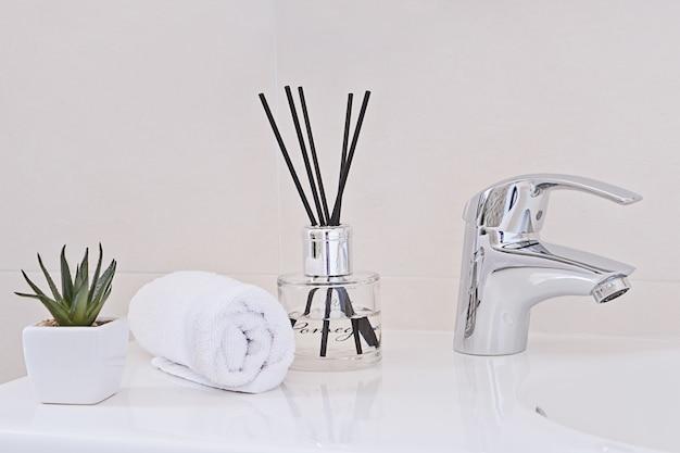 Grifo de agua cromada y lavabo. interior del baño y concepto de accesorios. Foto Premium
