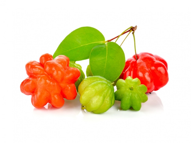 Grosella espinosa estrella en blanco. fruta tailandesa   Foto Premium