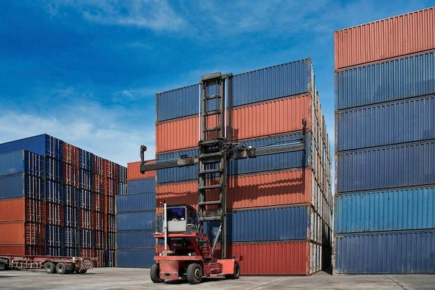Grúa de elevación caja de contenedores de logística en astillero, concepto de logística Foto Premium