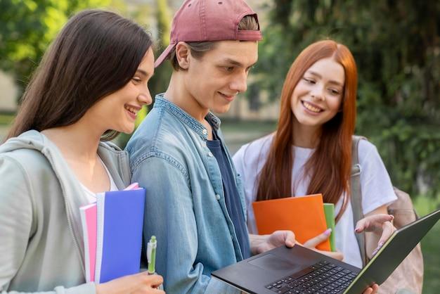 Grupo de adolescentes discutiendo proyecto en campus Foto Premium