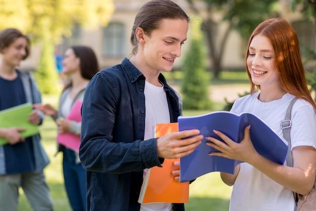 Grupo de adolescentes discutiendo proyecto universitario Foto gratis