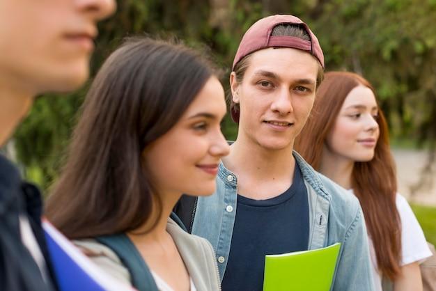 Grupo de adolescentes felices de volver a la universidad Foto gratis