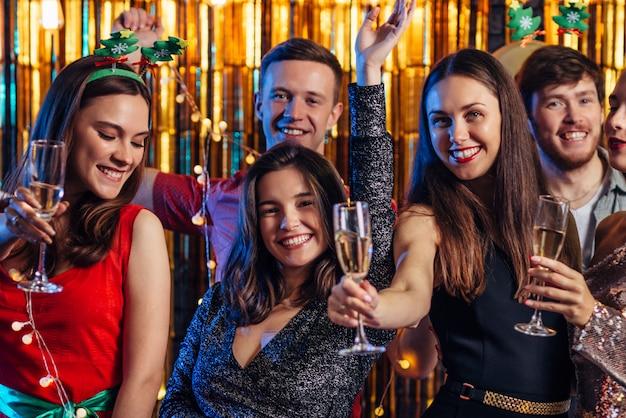 Grupo de amigos celebrando el año nuevo, fiesta de navidad. Foto Premium