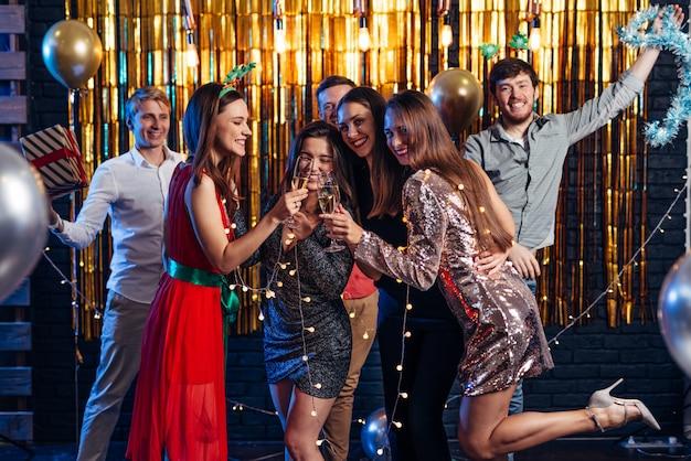 Grupo de amigos celebrando, fiesta de navidad, año nuevo Foto Premium