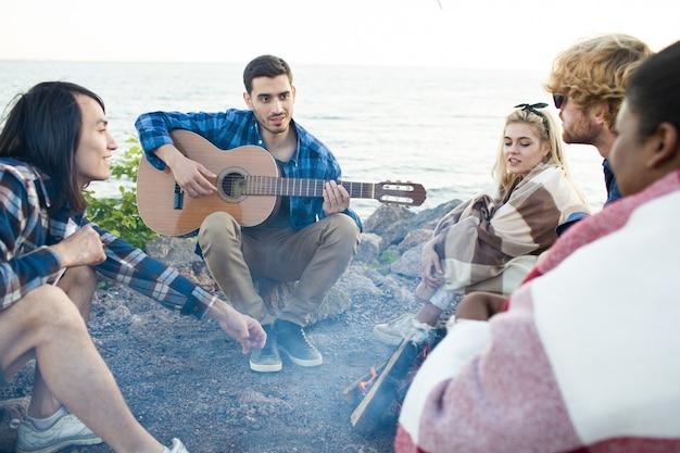 Grupo de amigos cerca de la playa Foto gratis