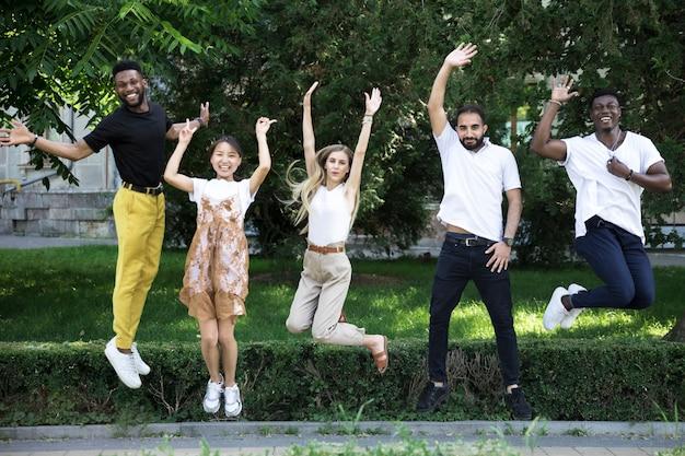 Grupo de amigos diversos saltando Foto gratis