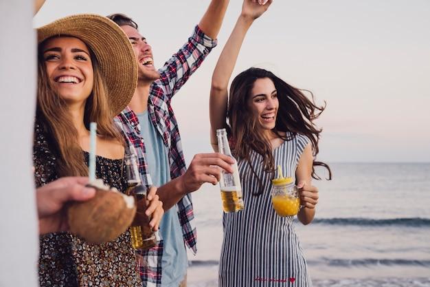 db22e2429c1d1 Grupo de amigos divirtiéndose en una fiesta de playa