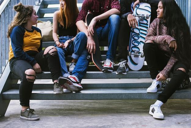 Grupo de amigos de la escuela al aire libre estilo de vida y el concepto de estilo urbano de la calle Foto gratis