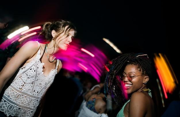 Grupo de amigos eventos divertidos baile vacaciones Foto Premium