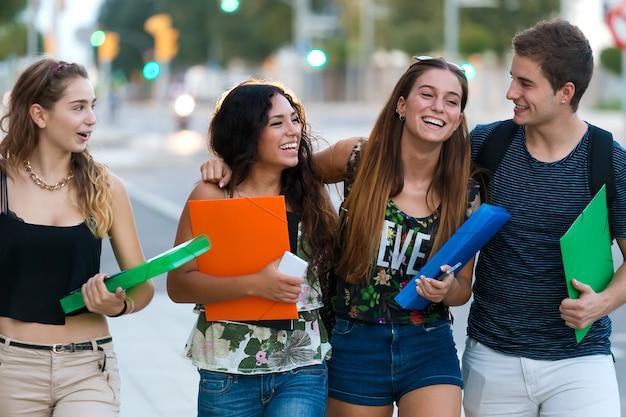 Un grupo de amigos hablando en la calle después de la clase Foto gratis