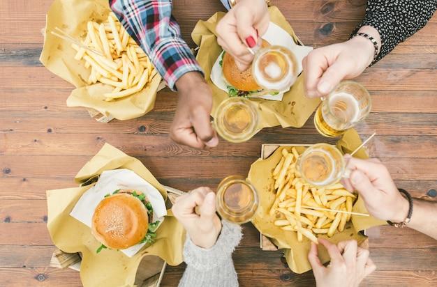 Grupo de amigos haciendo picnic al aire libre Foto Premium