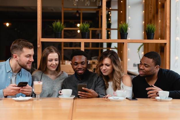 Grupo de amigos con móviles Foto gratis