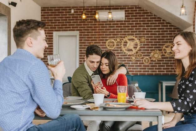 Grupo de amigos en un restaurante Foto gratis