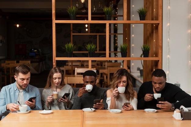 Grupo de amigos en el restaurante. Foto gratis