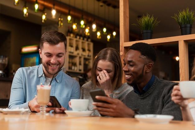 Grupo de amigos riéndose juntos Foto gratis