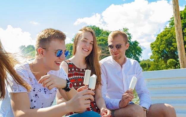 Grupo de amigos sonrientes con helado al aire libre Foto Premium