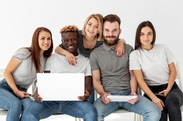 Grupo de amigos sonrientes juntos Foto gratis