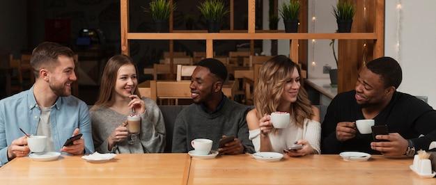 Grupo de amigos tomando café Foto gratis