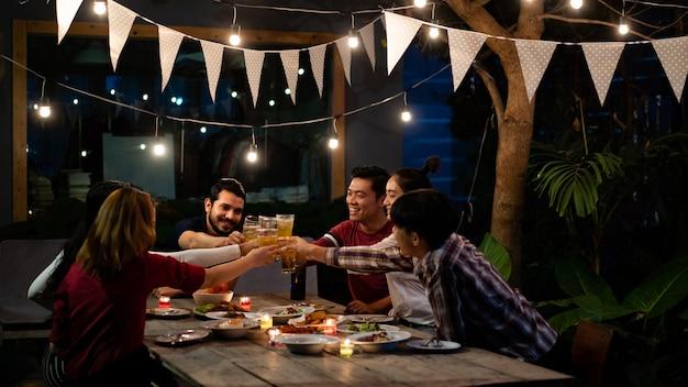 Grupo asiático comiendo y bebiendo Foto Premium