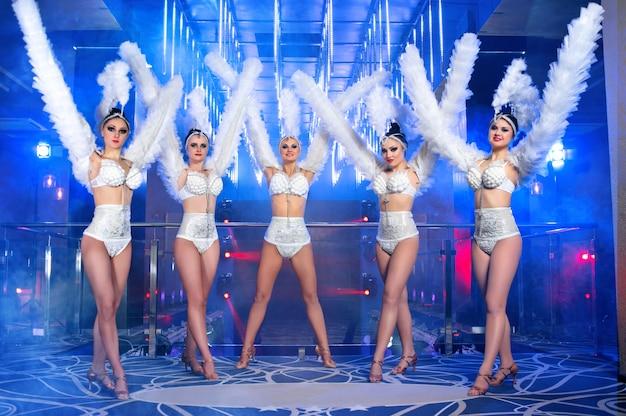 Grupo de bellas bailarinas en trajes de carnaval blanco Foto gratis