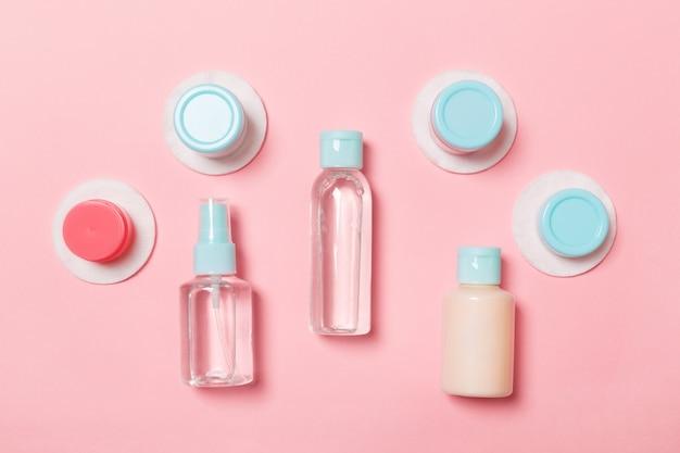 Grupo de botellas pequeñas para viajar en rosa Foto Premium