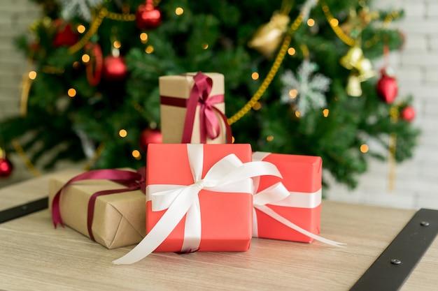 d95e109a106 Grupo de cajas de regalo en tablero de madera con decoración de árbol de  pino de navidad