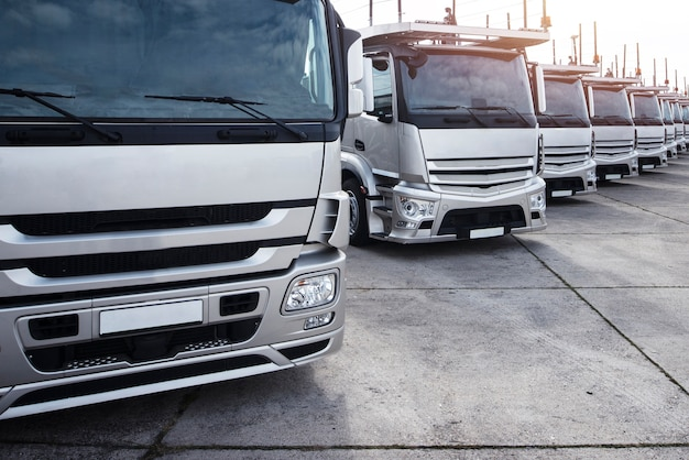 Grupo de camiones estacionados en una fila Foto gratis