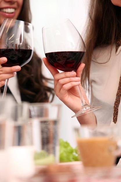 Grupo de chicas guapas disfrutando de vino tinto Foto gratis