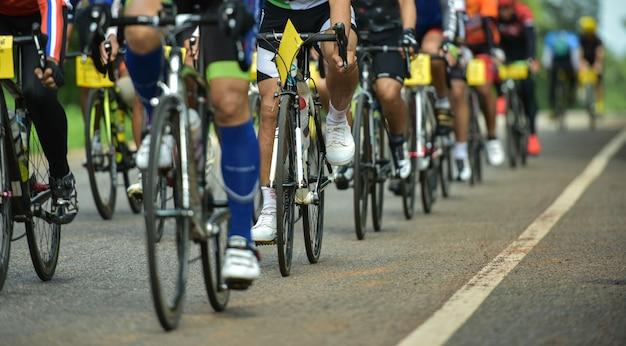 Grupo de ciclistas en carrera profesional. Foto Premium