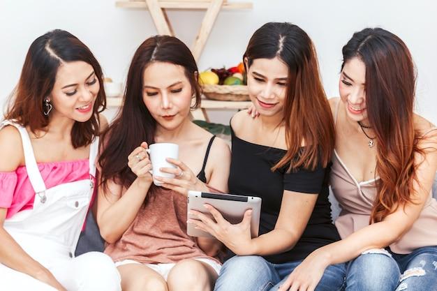 Grupo De Cuatro Amigas Que Usan Tableta Digital Descargar Fotos
