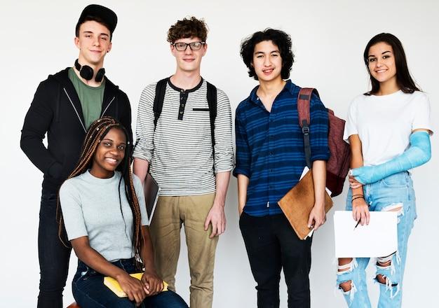Grupo diverso de adolescentes disparan Foto Premium