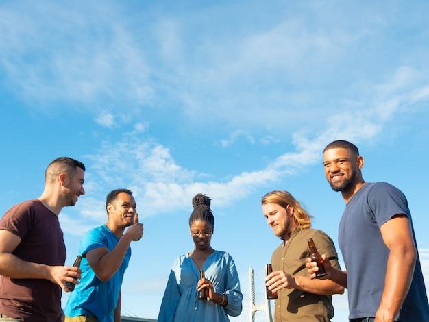 Grupo diverso de amigos celebrando la reunión Foto gratis
