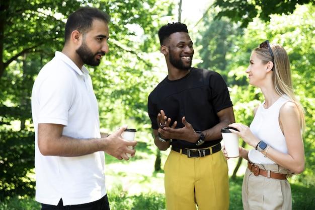 Grupo diverso de amigos hablando Foto gratis