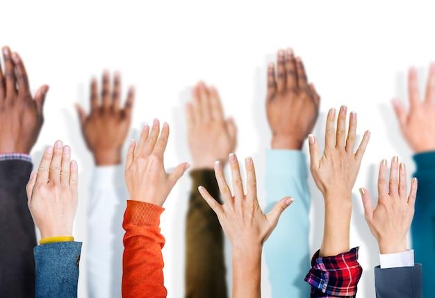 Grupo diverso de manos levantadas. Foto Premium