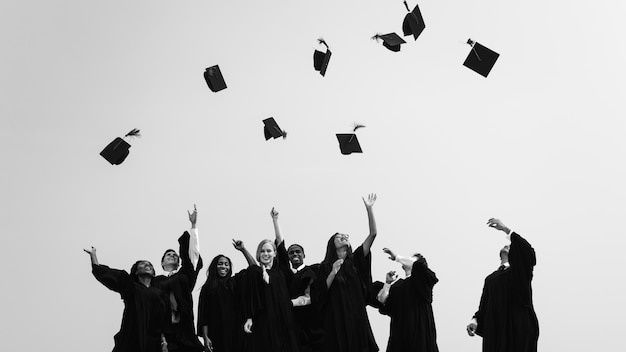Grupo de diversos alumnos graduados. Foto Premium