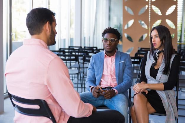 Grupo empresarial creativo discutiendo proyecto en curso Foto gratis