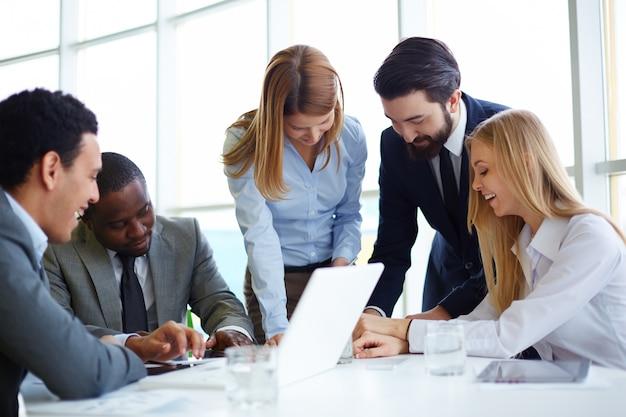 Grupo de empresarios felices teniendo una reunión | Foto Gratis