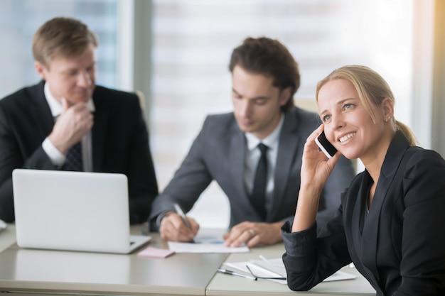 Grupo de empresarios en el moderno escritorio de oficina con computadora Foto gratis